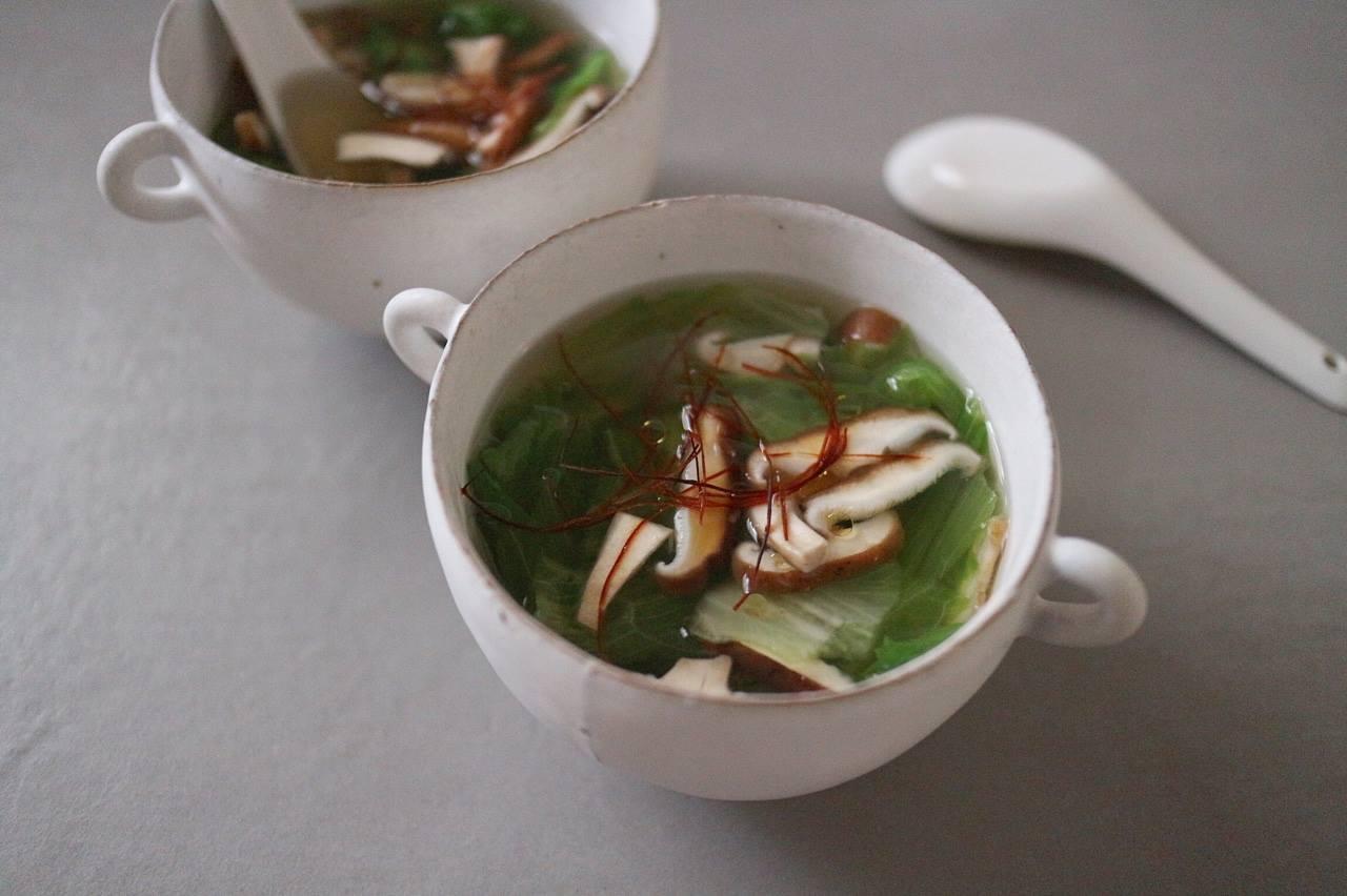 レタスとしいたけのスープの画像